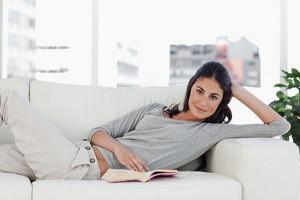 chica-sofa